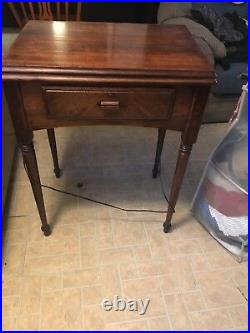 1947 Singer Sewing Machine. Very Good Condition Rare