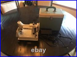 Singer Featherweight 221K sewing Machine 1964 with case 21-60